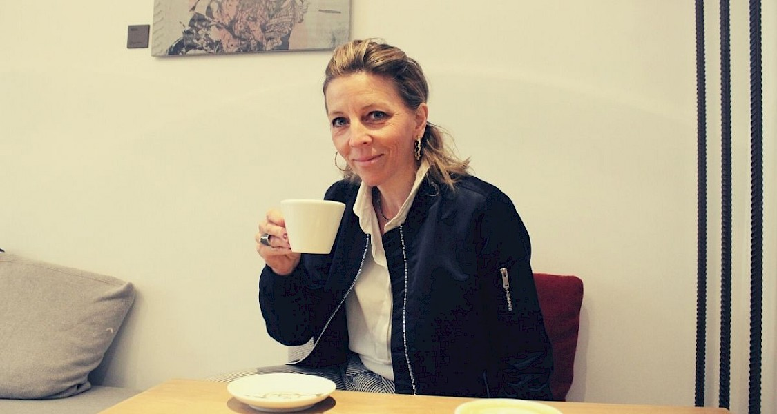 Caroline Ertl mit Tasse Kaffee - ©talkaccino.at